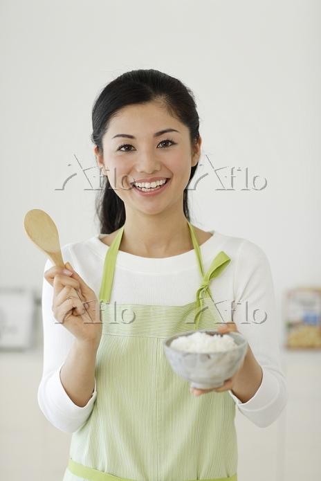 お茶碗にご飯をよそうお母さん