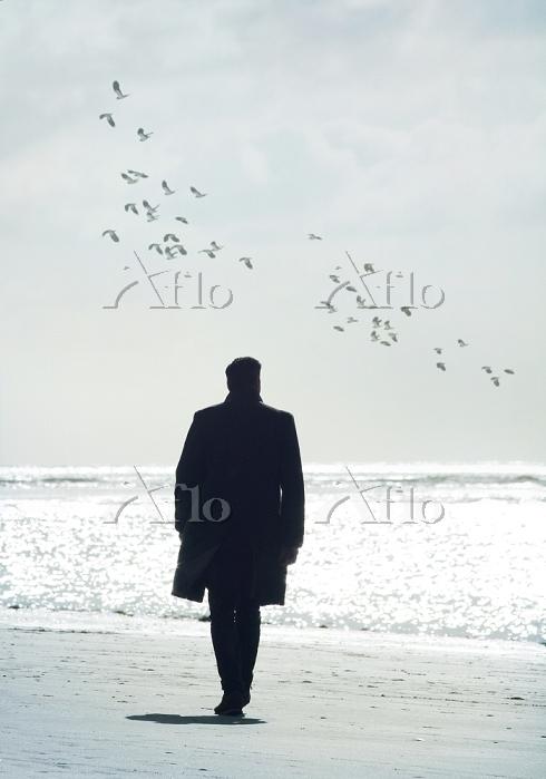 浜辺を歩く男性 海