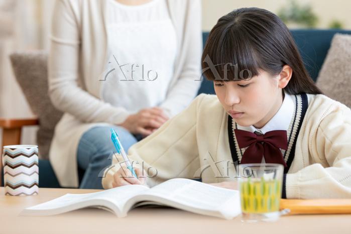 勉強をする女子中高生