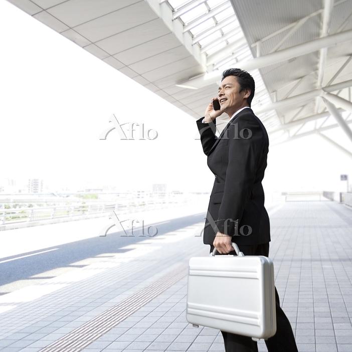 アタッシュケースを持つビジネスマン