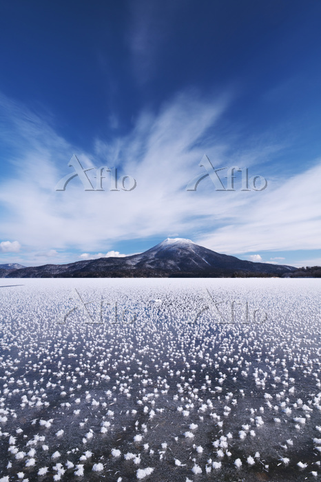 北海道 阿寒湖のフロストフラワーと雄阿寒岳