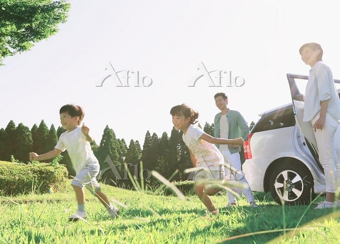 車から走り出す子供達