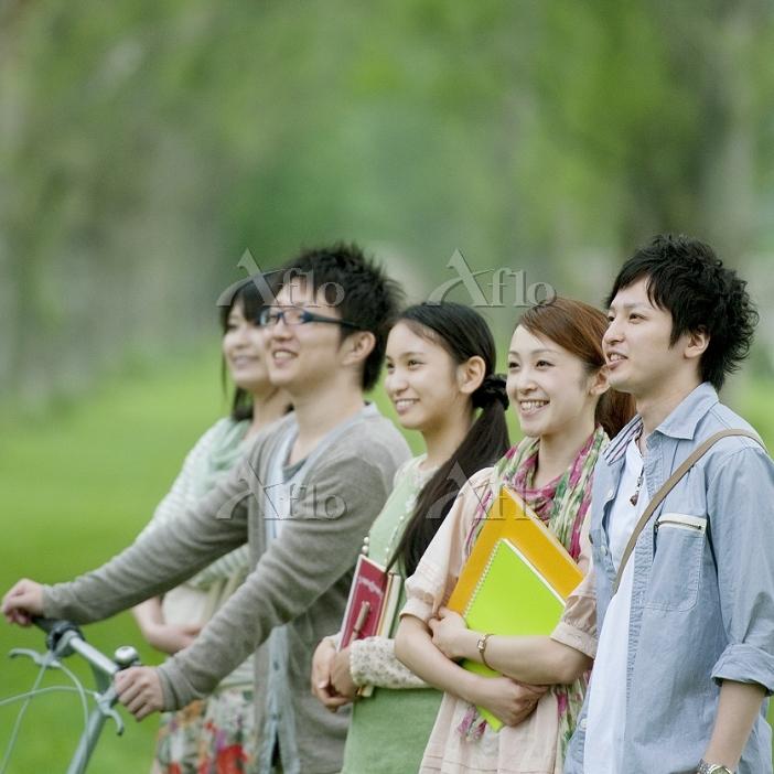 ポプラ並木で微笑む大学生