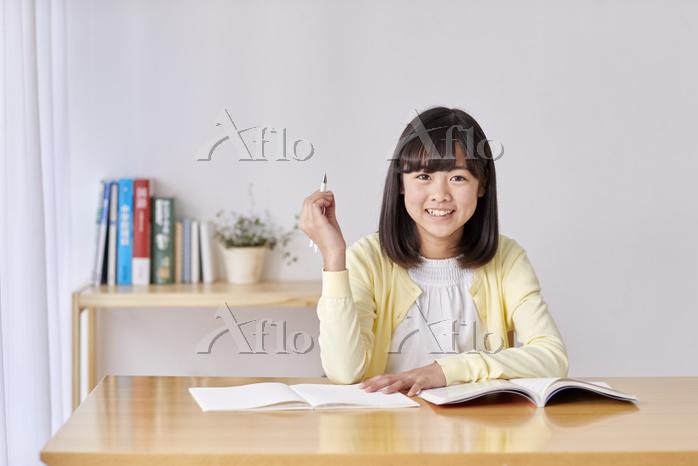 リビングで勉強する女子中学生