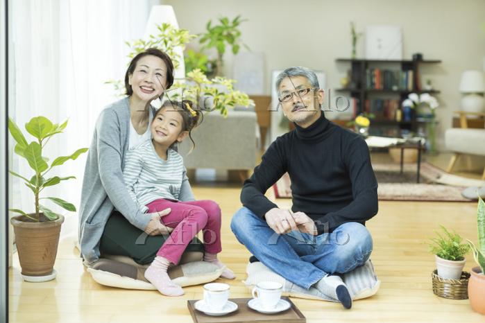 孫とくつろぐ日本人のシニア夫婦