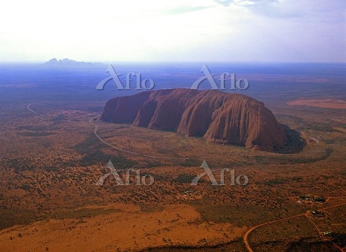 オーストラリア エアーズロックとオルガ山(カタ・ジュタ)(左・・・