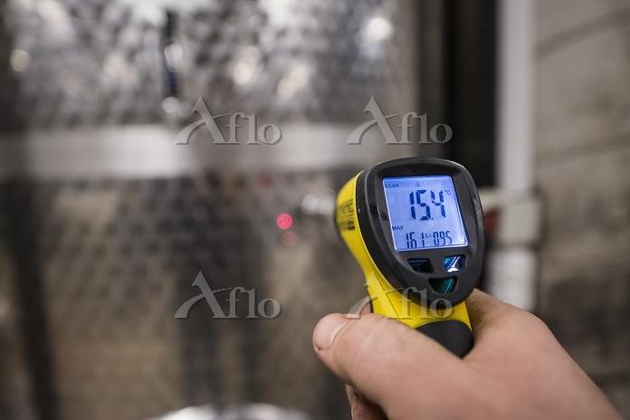 Enologist measuring temperatur・・・