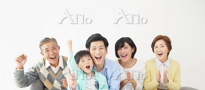 応援する日本人の三世代家族