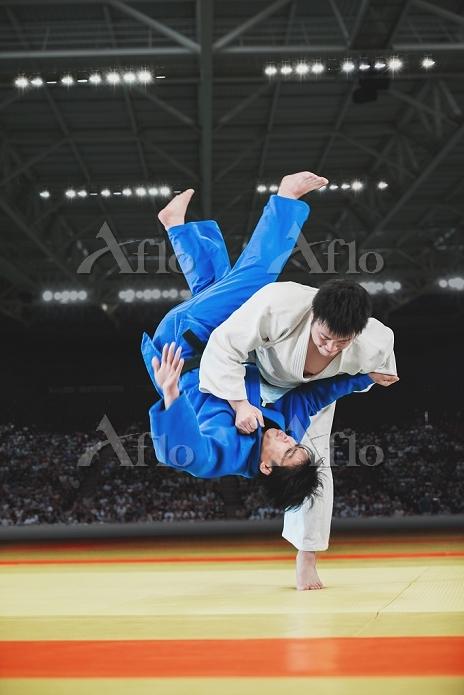 試合をする男子柔道選手