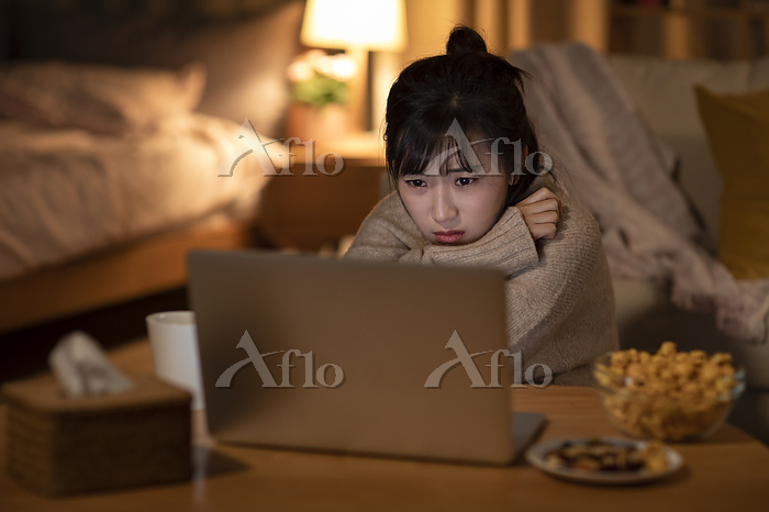 Young Chinese woman watching m・・・