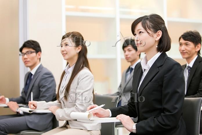 ビジネス研修を受ける男女