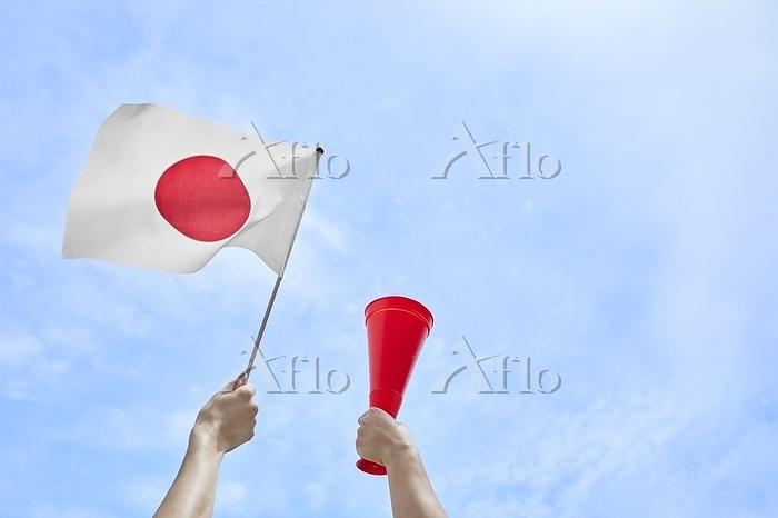 日本国旗とメガホンを持つ手