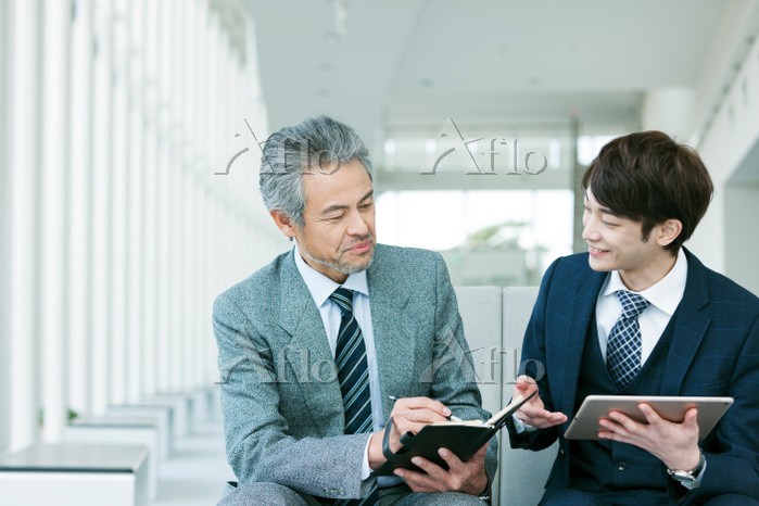 1on1ミーティングをする日本人ビジネスマン