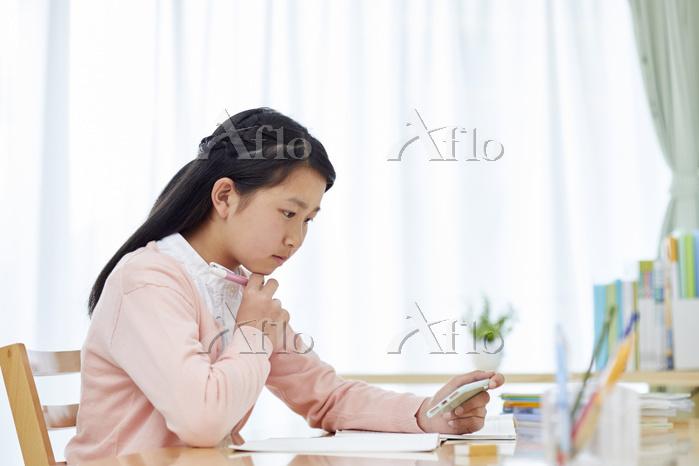 自宅学習する女子中学生