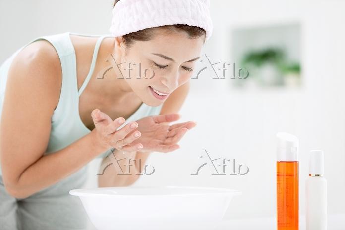 洗顔をする中高年日本人女性