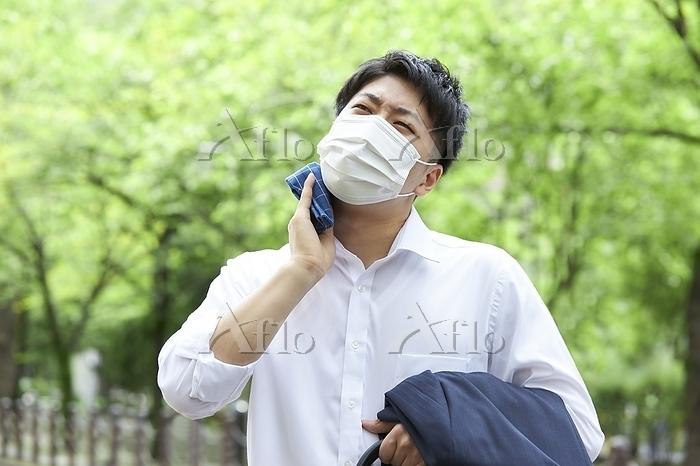 汗を拭く日本人ビジネスマン