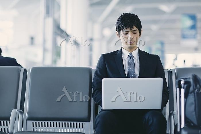 ノートパソコンを操作する日本人ビジネスマン