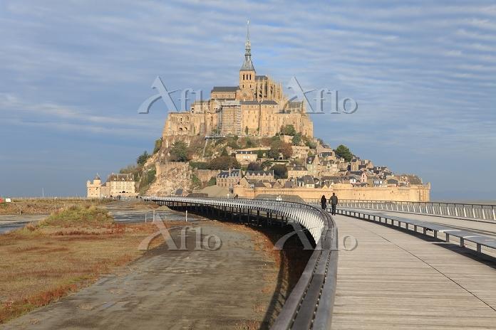 フランス 堆積した土砂とモンサンミッシエルの新しい橋・大聖堂