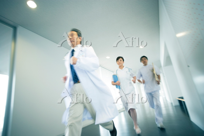 院内を走る医師と看護師