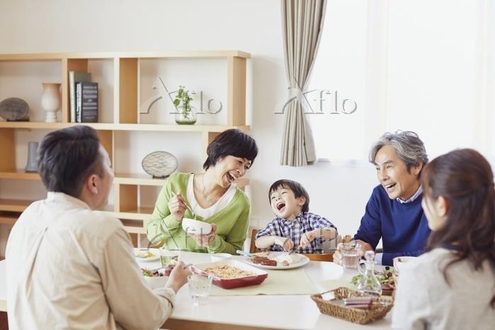ランチをする団らんの日本人の三世代家族