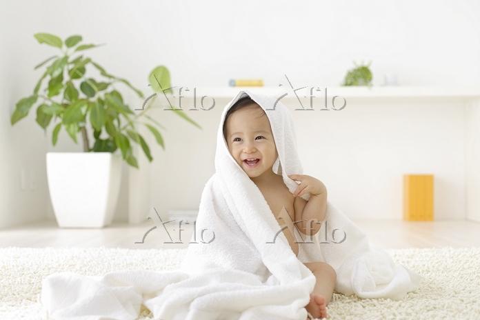 リビングでバスタオルにくるまる裸の日本人の女の子