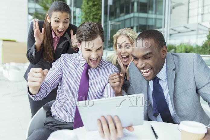 タブレットPCで応援するビジネスパーソン
