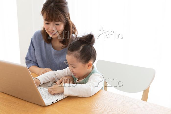 パソコンを見る母娘