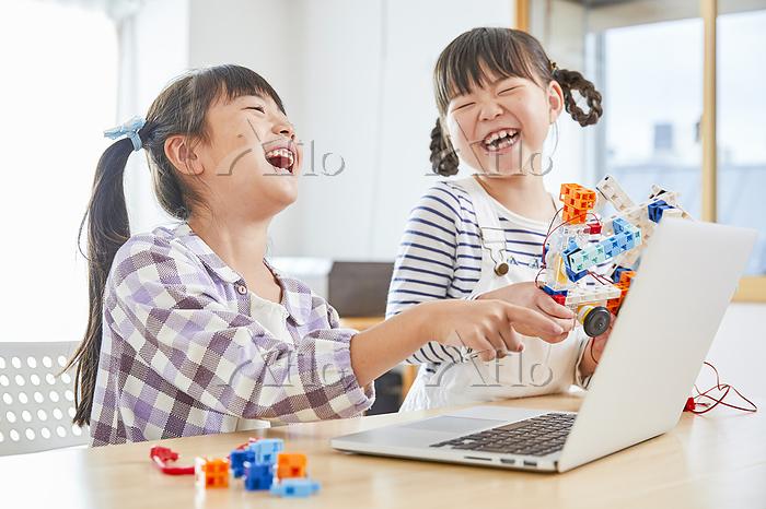 プログラミングを習う女の子