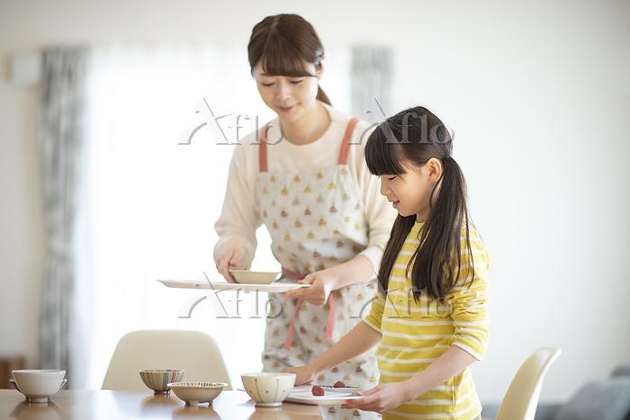食事の準備をする親子