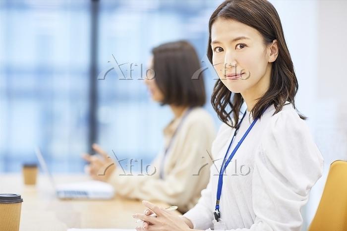 ミーティングをする日本人女性