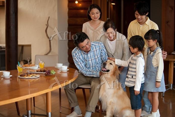 犬と3世代日本人家族