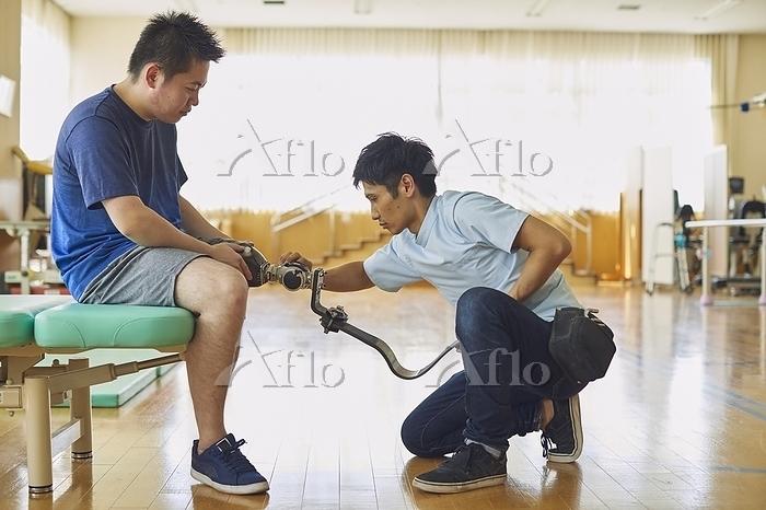 義足を調整する義肢装具士