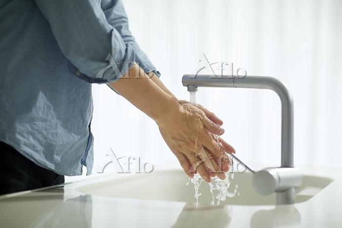 手を洗う男性