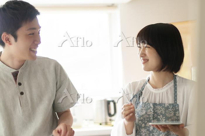 キッチンで笑い合うカップル