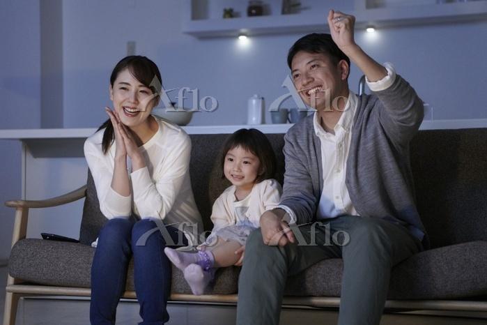 テレビで応援する日本人の家族