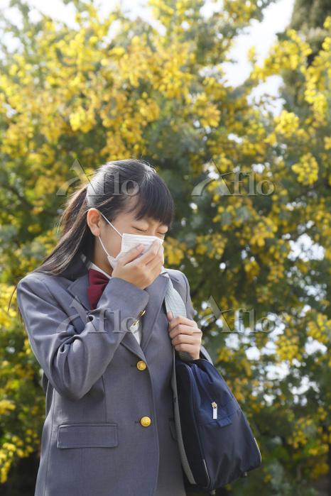マスクをして通学をするアレルギーの女の子