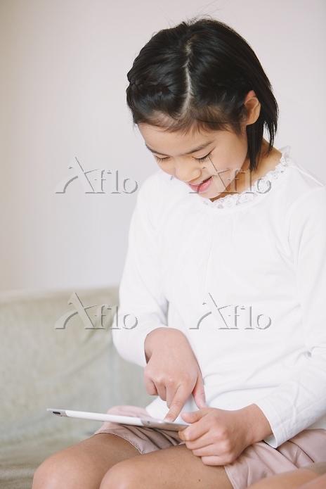 iPadで遊ぶ日本人の女の子