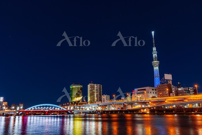 隅田川のライトアップの橋と東京スカイツリー