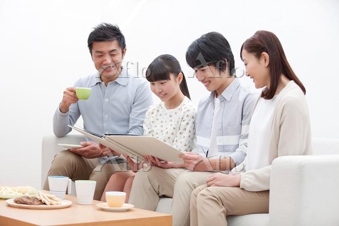 アルバムを見ている日本人家族
