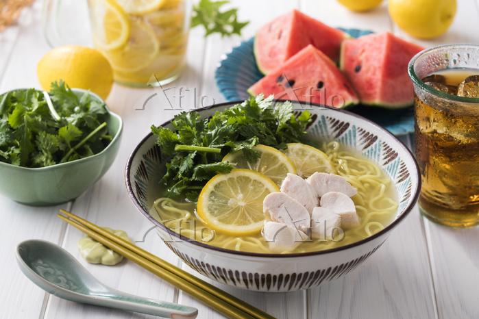 パクチーたっぷり塩レモン冷しラーメン