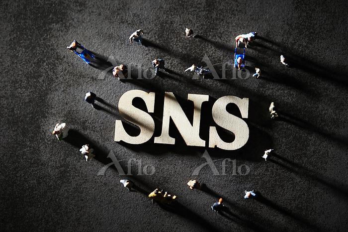 SNSの文字とミニチュア