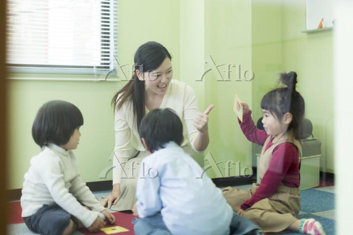 幼児教室の日本人の先生と子供