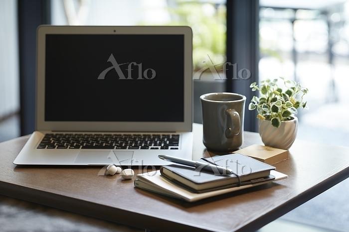 ノートパソコンとビジネス小物