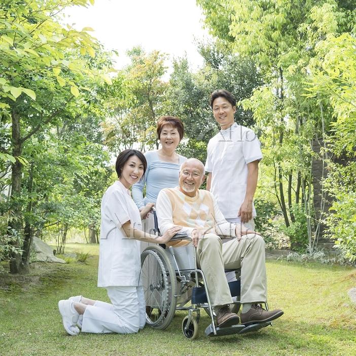 車椅子に乗る男性と介護士