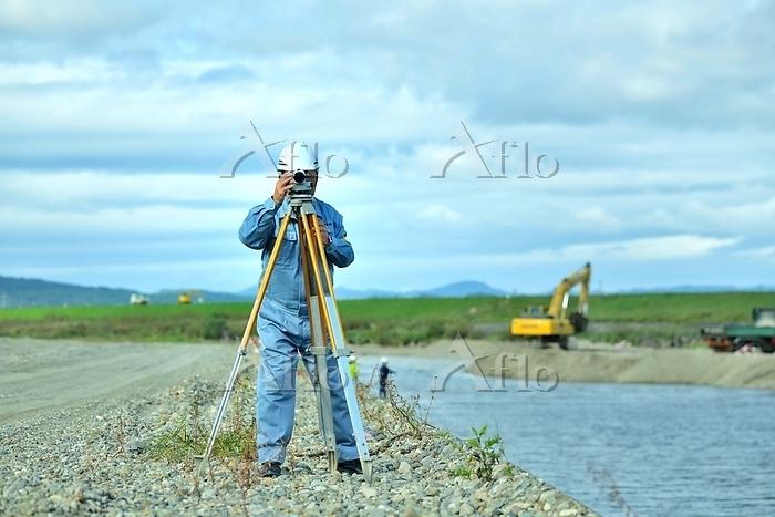 河川工事の測量をするエンジニア