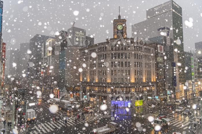 東京都 銀座4丁目交差点の雪景色