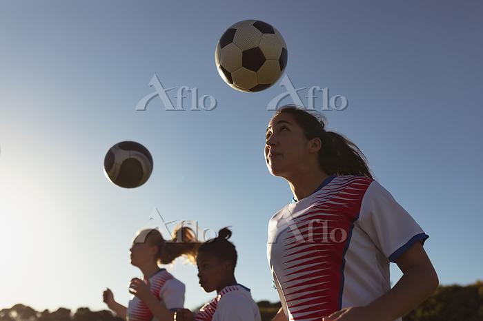 練習する女性サッカーチーム
