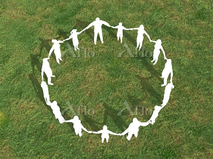 芝生で手をとり輪を作るシルエット