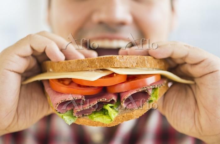 サンドイッチを食べる