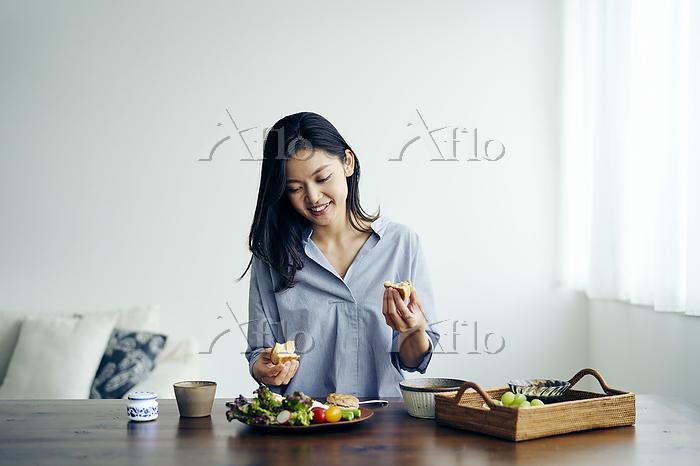 食事をする30代日本人女性